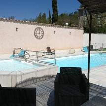 En terrasse au bord de la piscine